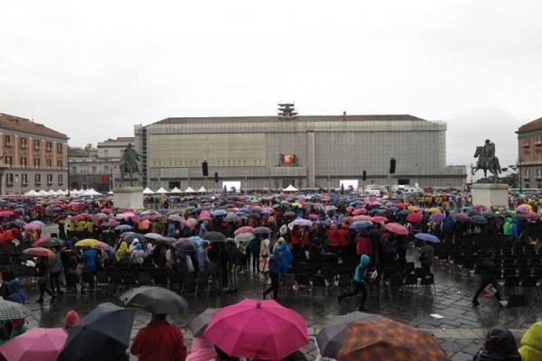Canta Napoli col coro da record storico, la pioggia non ferma i 13.000 ragazzi – Video