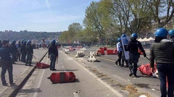 Renzi a Napoli, scontri nella zona del lungomare: esplosioni e lacrimogeni