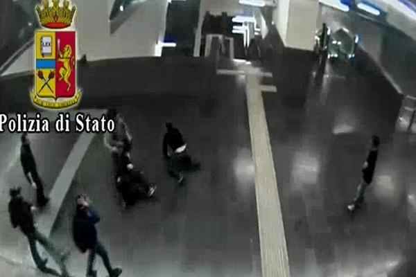 Napoli, così il branco in metrò insegue e massacra l'addetto che chiedeva il biglietto – Video