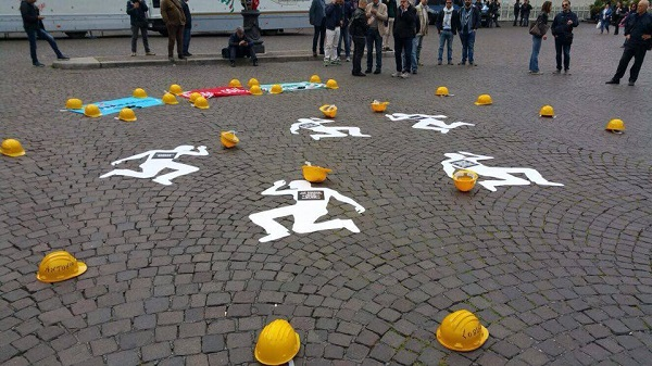 """Morti bianche, flash mob a Napoli: """"Più controlli, meno subappalti e via chi viola le leggi"""""""