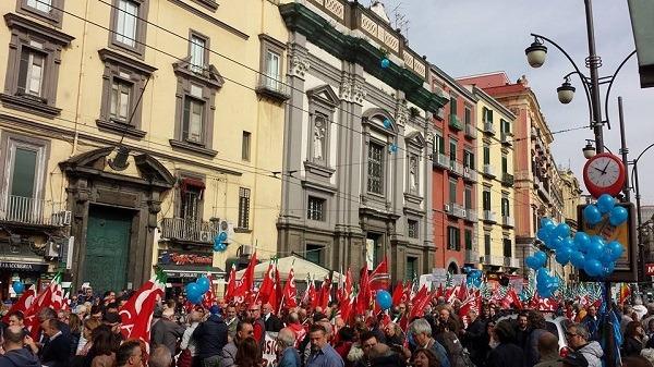 A Napoli sfilano in migliaia per dire no alla legge Fornero
