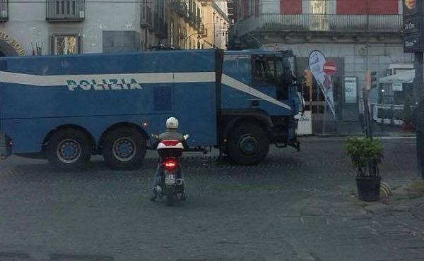Renzi a Napoli, città blindata: zona rossa al centro. Al via corteo di protesta dei movimenti