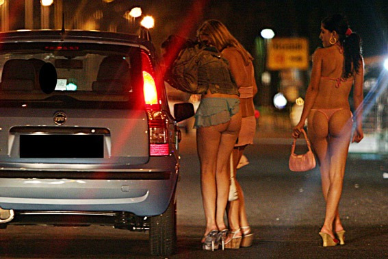 Blitz contro la prostituzione: sanzionate 11 donne al Centro Direzionale