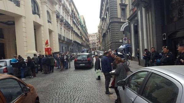"""""""Farsa di Renzi a Bagnoli, disinformazione sul piano"""". Protesta sotto la sede del Mattino"""