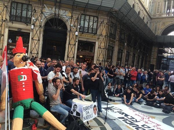 """Galleria Umberto, assemblea dopo scontri: """"Attivisti caricati, inizia lotta contro governo"""" – Video"""