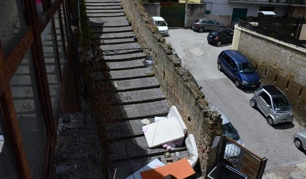 Baraccopoli al centro storico, allarme salute ignorato: in 40 vivono tra topi e rifiuti – Video
