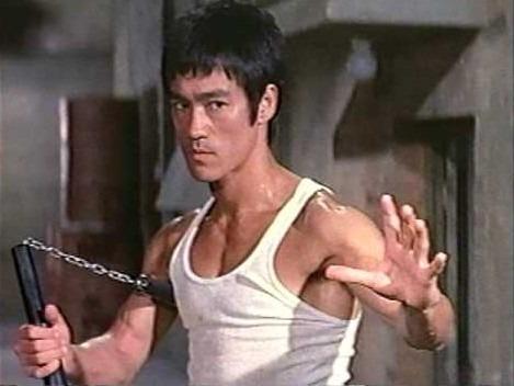 Pianura, debitore ferito alla testa in strada: colpito con l'arma di Bruce Lee, un arresto