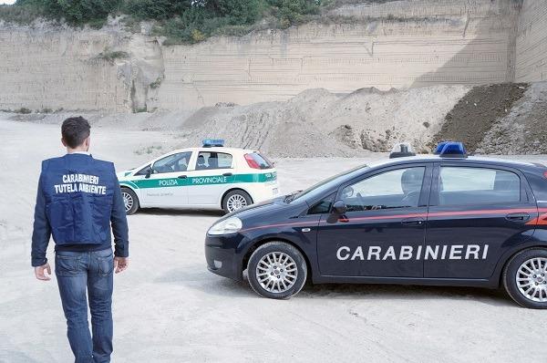 Traffico illecito di rifiuti nelle cave di Giugliano, 14 arresti: coinvolti imprenditori
