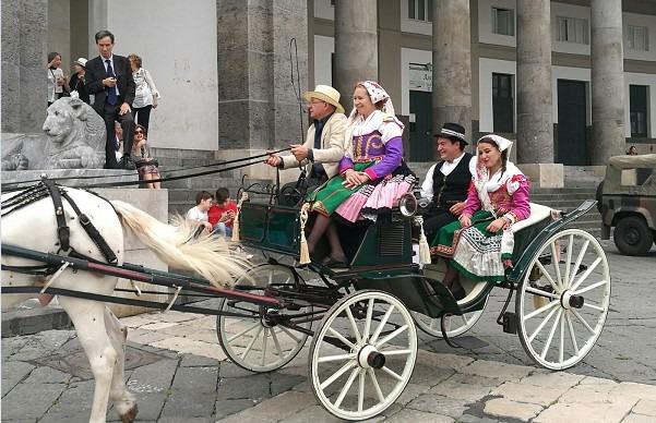 Celebrazioni Carlo di Borbone, sfilano carrozze d'epoca nel centro di Napoli