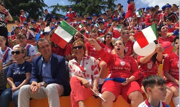 Scampia, spunta Valente alla festa dei campioni mundial 2006: de Magistris si arrabbia e va via