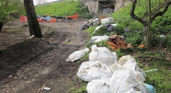 Casamarciano: scoperta discarica illegale, roghi tossici e amianto a cielo aperto