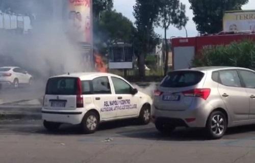 Paura a Fuorigrotta, auto dell'Asl Napoli 1 va a fuoco in pieno traffico