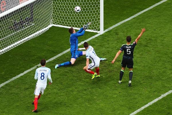 Come un match di rugby: l'Inghilterra vince la battaglia col Galles a tempo scaduto