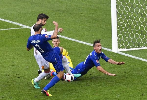 Chiellini e Pellè spingono l'Italia ai quarti, la Spagna campione è fuori