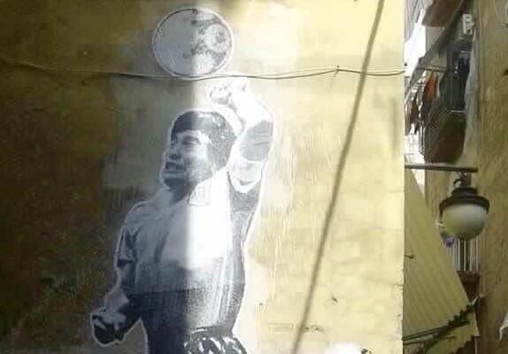 La Mano de dios compie 30 anni: i Quartieri spagnoli celebrano il genio malandrino di Maradona