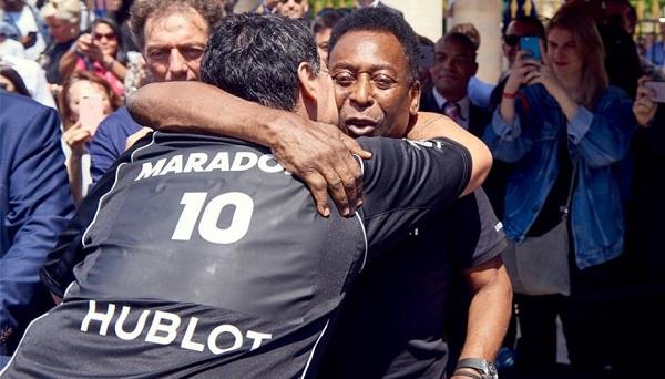 Partita della pace tra Maradona e Pelé, a Parigi sotterrano la guerra dei 30 anni