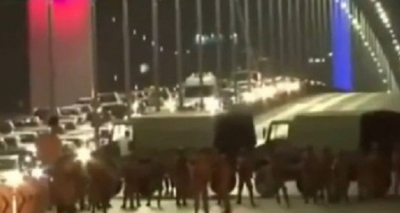 """Golpe militare in Turchia, raffiche dal cielo e carri armati in strada: """"Abbiamo preso il potere"""""""