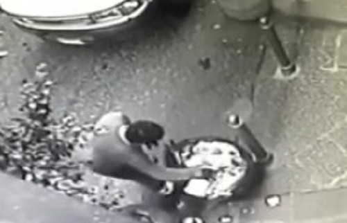 Centro storico, depositano e sparpagliano rifiuti davanti a pizzeria: video denuncia addetti Asìa