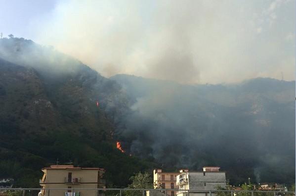 Fiamme sui Camaldoli, l'incendio arriva fino a palazzo di Soccavo