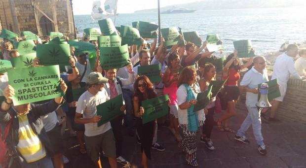 Cannabis terapeutica, flash mob sul lungomare di Napoli: appello a Regione e Comune