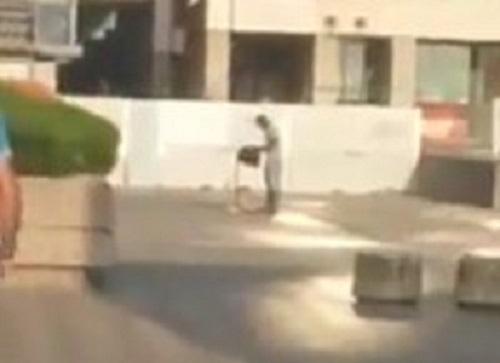 Panico al centro direzionale: ruba pistola e tenta di sparare ai passanti, preso – Video