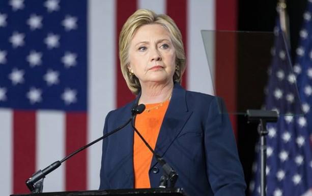 """Corsa alla Casa Bianca, la salute di Hillary è un giallo: """"Ha la polmonite"""""""