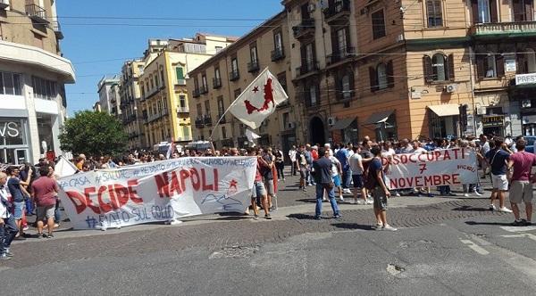 """Decide Napoli, corteo per il primo consiglio comunale: """"Le priorità le stabiliscono i cittadini"""""""