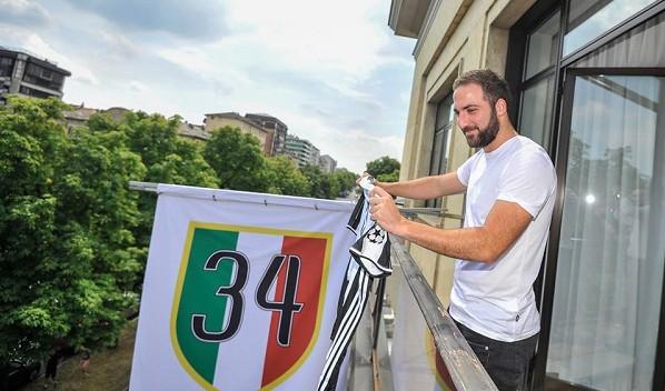 Higuain si ambienta subito a Torino tra cori anti Napoli e quel 34 farlocco