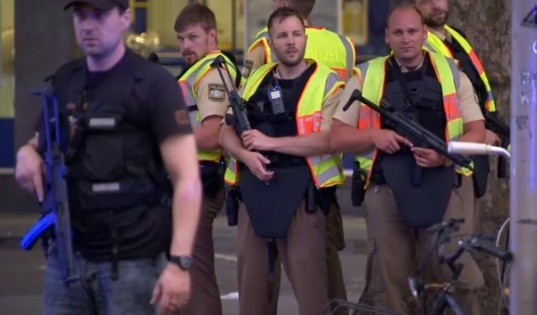 Attacco a Monaco di Baviera, morti e feriti al centro commerciale: terroristi in fuga – Video
