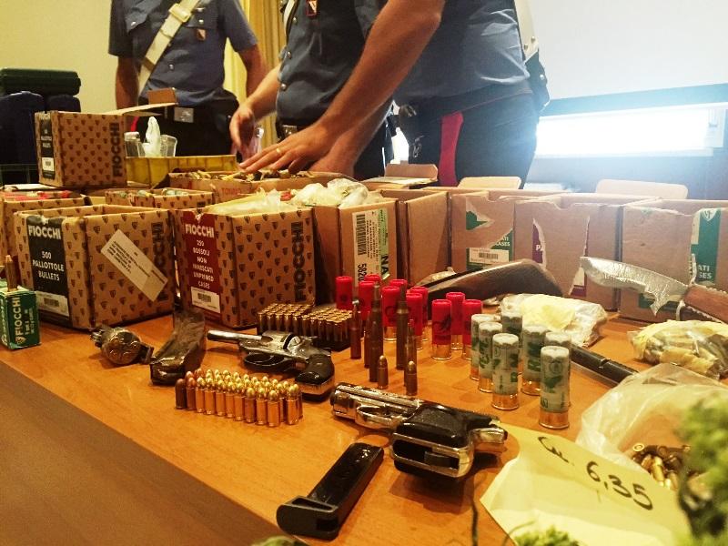 Armi, droga e bombe nascoste in un terreno: arrestato pensionato di Sant'Anastasia
