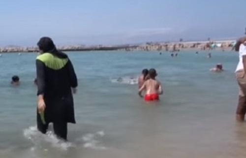 """Niente burkini al mare in Francia, Valls: """"Incompatibile con i nostri valori"""""""
