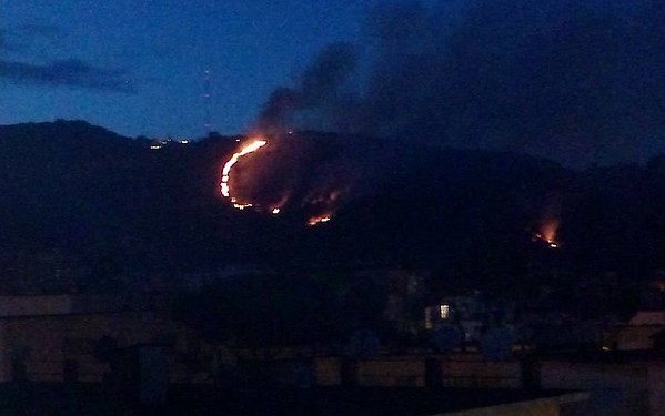 Camaldoli ancora in fiamme, 4 roghi in un mese: emergenza criminale