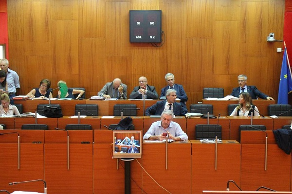 Comune di Napoli, primo sì a bilancio di previsione. Meno spese più entrate