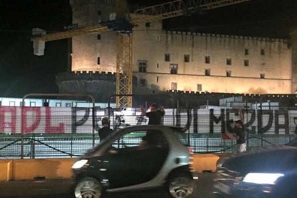 Napoli, al centro spuntano striscioni offensivi contro De Laurentiis