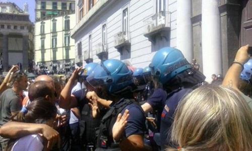 """Buona scuola, docenti """"deportati"""" in piazza: tensioni da Napoli a Palermo"""