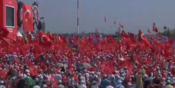 Erdogan inscena il bagno di folla: un milione in piazza a Istanbul