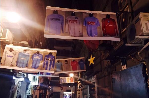 Quartieri Spagnoli, mostra fotografica a cielo aperto celebra i 90 del Napoli