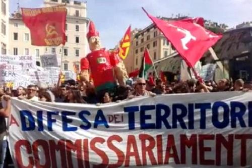 Bagnoli, partito il corteo dei comitati a Roma. Tensioni sull'A1: attivisti perquisiti