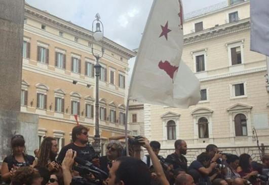 """Corteo Bagnoli, manifestanti a piazza Montecitorio: """"Renzi via da Napoli"""""""