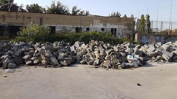 San Giovanni a Teduccio, nel parco i basoli rimossi da via Marina: scatta la protesta