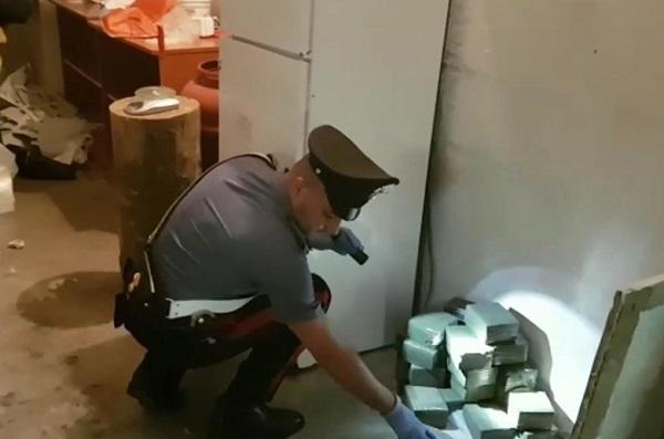 Scampia, scoperto deposito del fornitore delle piazze di spaccio: sequestrata droga per 2 milioni