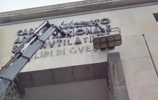 Piazza Matteotti, la rimozione della scritta del palazzo Anmig scatena la protesta