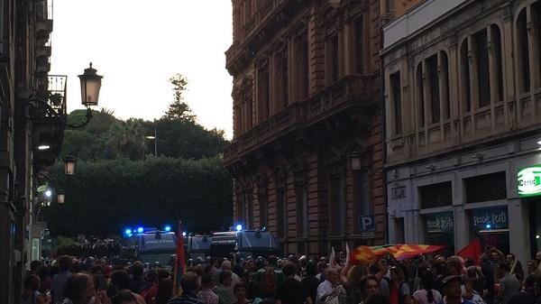 Renzi contestato a Catania, scontri manifestanti-polizia: fermati 2 giovani