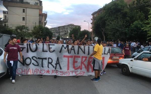 """Chiaiano, torna la protesta. Corteo e blocco stradale contro l'ipotesi discarica: """"Non passerete"""""""