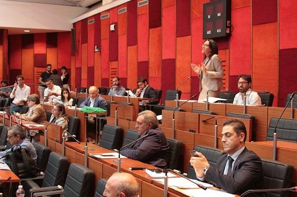 Napoli, in consiglio la delibera taglia stipendi d'oro delle partecipate: a rischio il numero legale