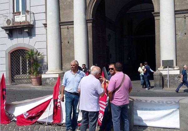Vertenza Ericsson, sit-in sotto la prefettura di Napoli: è braccio di ferro sugli ammortizzatori sociali