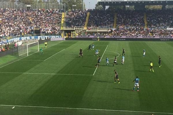 Atalanta-Napoli 1-0 al 45′: pasticcio in difesa, azzurri costretti ad inseguire