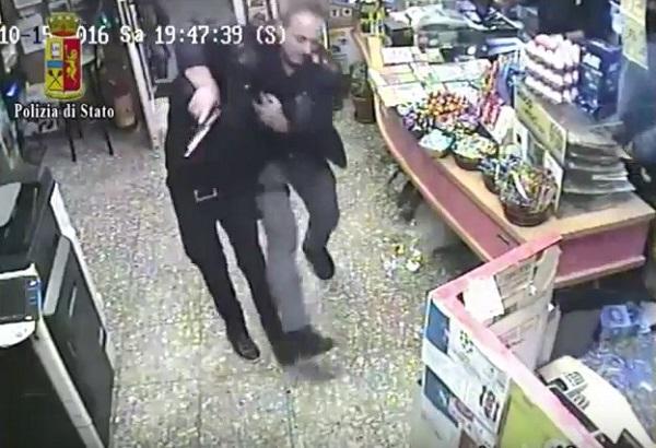 Benevento, rapinano e accoltellano tabaccaio: ecco come i poliziotti li bloccano