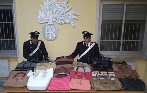 Vendeva borse con marchi falsi, denunciato 21enne fuori alla Reggia di Caserta