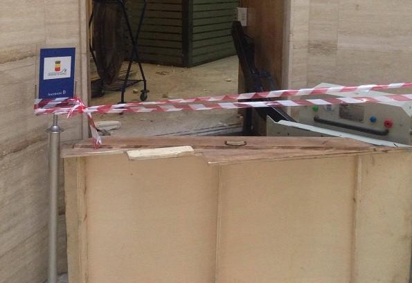 Napoli, cadono calcinacci in consiglio comunale: edificio inagibile, sedute a rischio stop